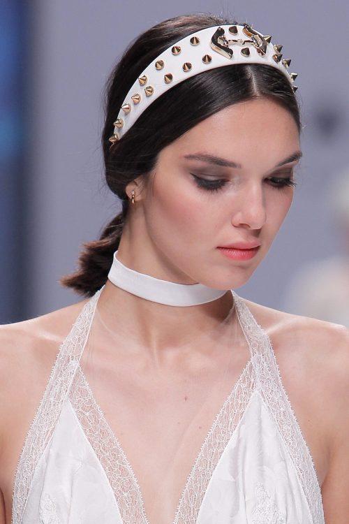 diadema blanca tachuelas