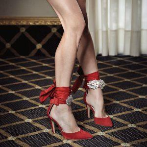 zapatos de tacon rojos atados al tobillo